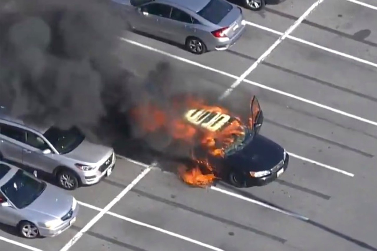 carro 5 - Motorista acende cigarro após passar álcool em gel nas mãos e incendeia carro