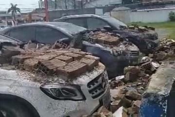 Três carros são atingidos por destroços de muro que desabou em João Pessoa – VEJA VÍDEO