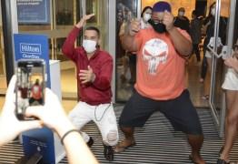 INDESTRUTÍVEL: Gil dança até o chão ao atender fãs na porta de hotel