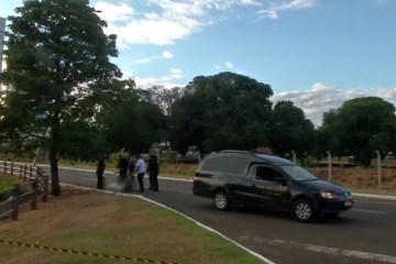 jovem capo de carro - Jovem sobe em capô de carro para impedir namorado de dirigir e morre após acidente