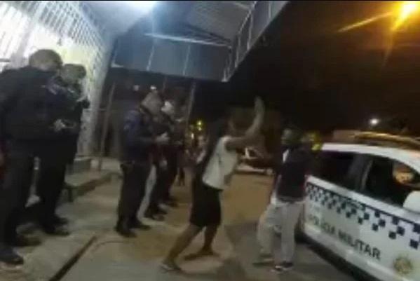 mae batendo - Após subir em viatura da polícia, jovem pede desculpas e apanha da mãe - VEJA VÍDEO