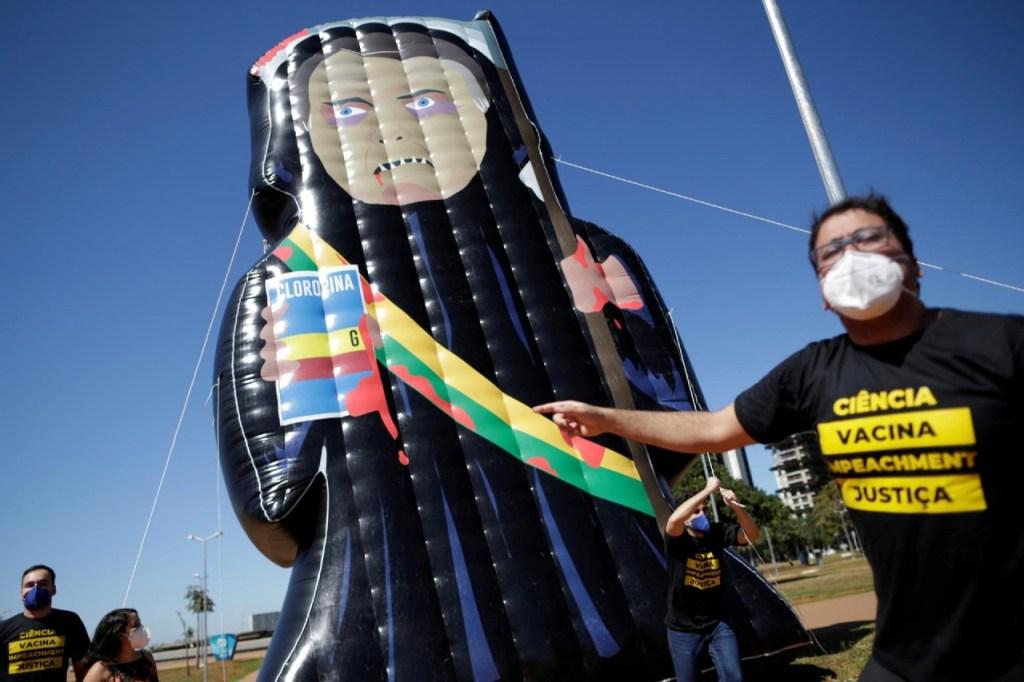 manifestantes levam boneco inflavel gigante de bolsonaro para esplanada dos ministerios em brasilia 1621993563213 v2 1920x1280 1024x682 - 'CAPITÃO CLOROQUINA': Manifestantes erguem boneco inflável de Bolsonaro