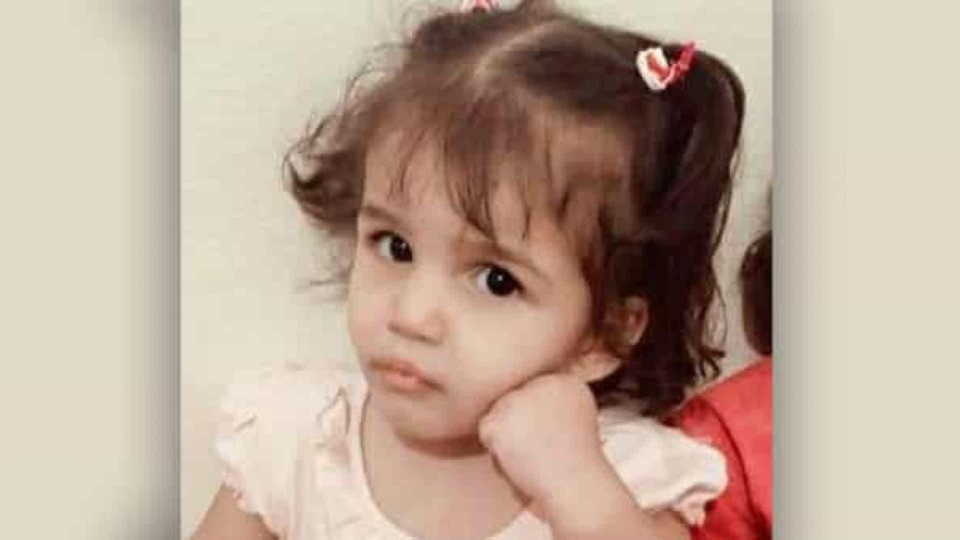 naom 609cf3a11211e 1 - Menina de três anos morre após pai obrigá-la a sentar em água fervendo