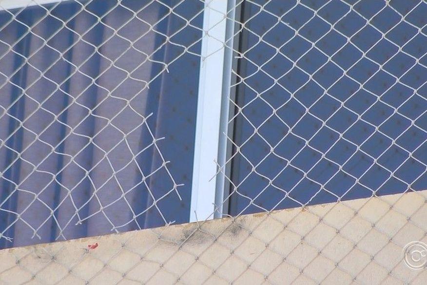 tela cortada iustrativa - Tesoura escolar e tela de proteção são enviadas a perícia para investigar morte de criança que caiu do 22º andar de prédio em João Pessoa