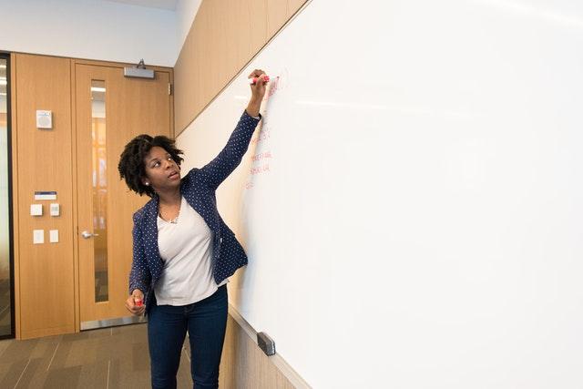 women in tech 640x428 1 - 67% dos estudantes brasileiros com 15 anos não sabem diferenciar fatos de opiniões, afirma relatório da OCDE