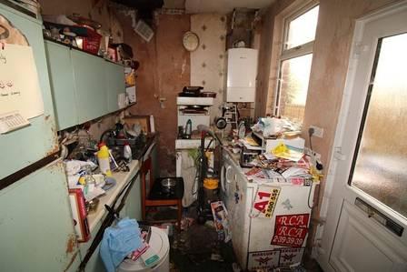 xhouse2.jpg.pagespeed.ic .Ie947XXfSj - Casa 'mais suja da Inglaterra' é posta a venda 'do jeito que está'; Veja fotos