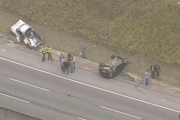 ACIDENTE BOMBEIROS - Equipe de bombeiros é atropelada por carro desgovernado enquanto prestava socorro em acidente - VEJA VÍDEO