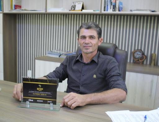 """Alecsandro Bezerra - """"Proibido de entrar em prédio público"""": Prefeito da PB que alugava próprio veículo à prefeitura, é afastado do cargo pela terceira vez"""