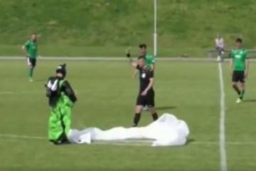 INUSITADO: paraquedista faz pouso no meio de jogo de futebol e leva cartão amarelo de juiz – VEJA VÍDEO