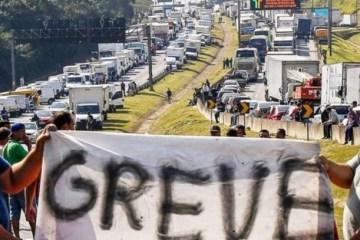 grev - Caminhoneiros iniciam greve indeterminada a partir de 25 de julho, contra o aumento nos preços dos combustíveis praticados pela Petrobras