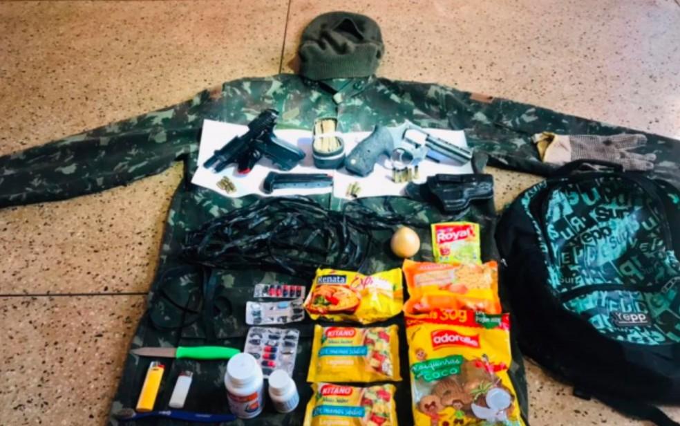 mochila lazaro2 - Veja itens apreendidos com Lázaro Barbosa, segundo a polícia: armas, biscoito, remédios e faca