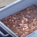 pai - Pai joga 80 mil moedas de um centavo em quintal para pagar pensão da filha