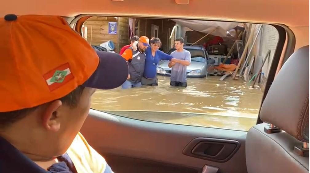 resgate - DESESPERO! Grávida e idosa de 103 anos ficam ilhadas e precisam ser resgatadas após rio transbordar