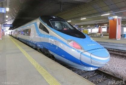 Tåg resenärer på väg till Krakow för att se staden och besöka Auschwitz