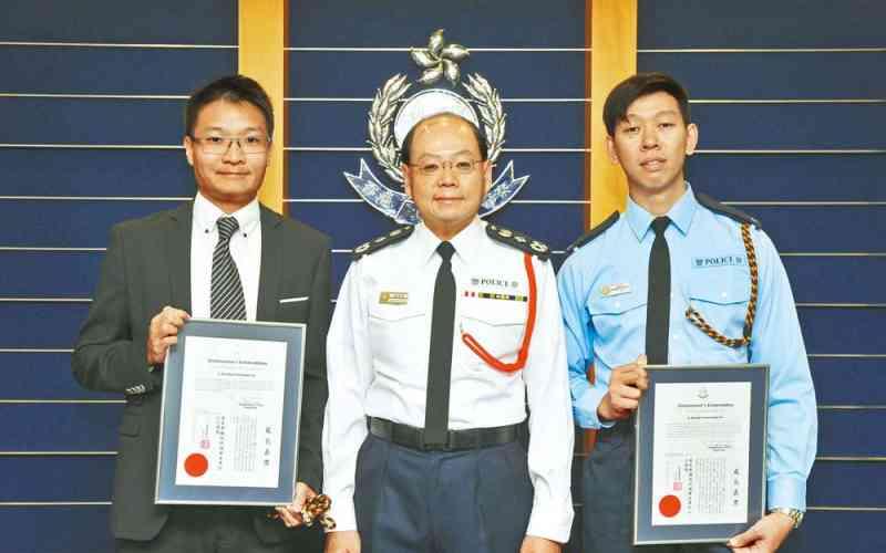 處長曾偉雄嘉獎狀予兩名人員。