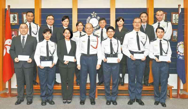處長曾偉雄頒發晉升函件予十四名人員。