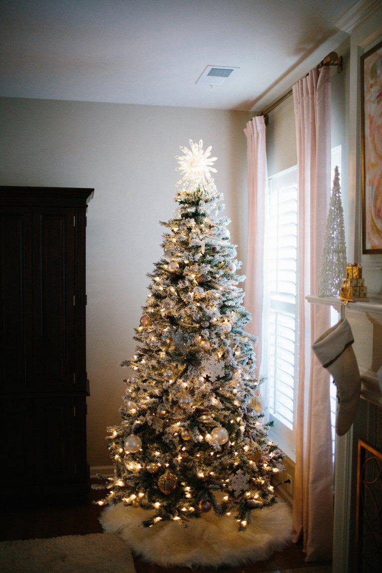 snowy christmas tree // www.polishedclosets.com