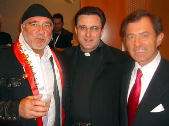 Od lewej: Jerzy Kenar, artysta rzeźbiarz, ks. proboszcz Tadeusz Dzieszko, dr B. Orawiec