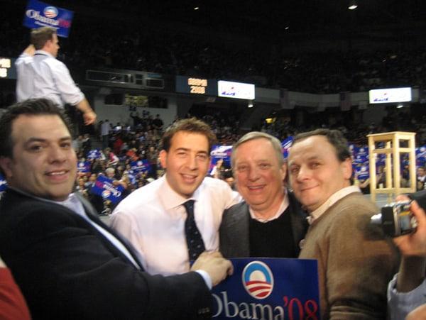 Autor na spotkaniu inauguracyjnym kampanie prezydencką Sen. Baracka Obamy na Uniwersytecie Illinois. Autor stoi obok Sen. Richarda Durbina i Alexiego Giannouliasa, Skarbnika Illinois.