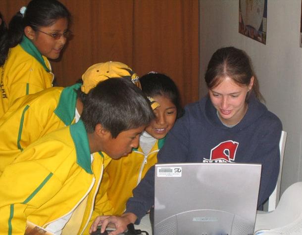 W 2004 roku, Joasia Milewska oczarowała dzieci pierwszym w Chivay laptopem i dynamicznymi programami do nauki jęz. angielskiego.
