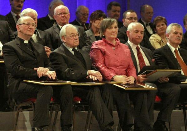 Biskup Jan Wieczorek; Andrzej Wajda, Róża Thun  Amb. UE w Polsce; dr Marek Rudnicki, Mieczysław Olender.