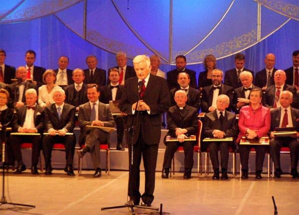 Były premier Jerzy Buzek, gratuluje Laureatom. Po jego prawej stronie siedzi  Minister Radek Sikorski