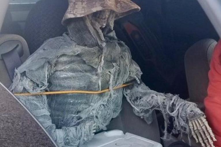 Απίστευτος οδηγός: Μεταμφίεσε σκελετό για να οδηγήσει παράνομα