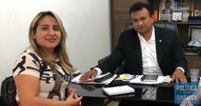 Pauliana Amorim ainda transita pelos bastidores do Governo do Estado com status de figura importante e ligada ao comando do Karnak; na foto, posa sem constrangimento ao lado do então secretário de Segurança, que até hoje ignora a existência de uma organização criminosa no governo do qual ele faz parte (foto: redes sociais)