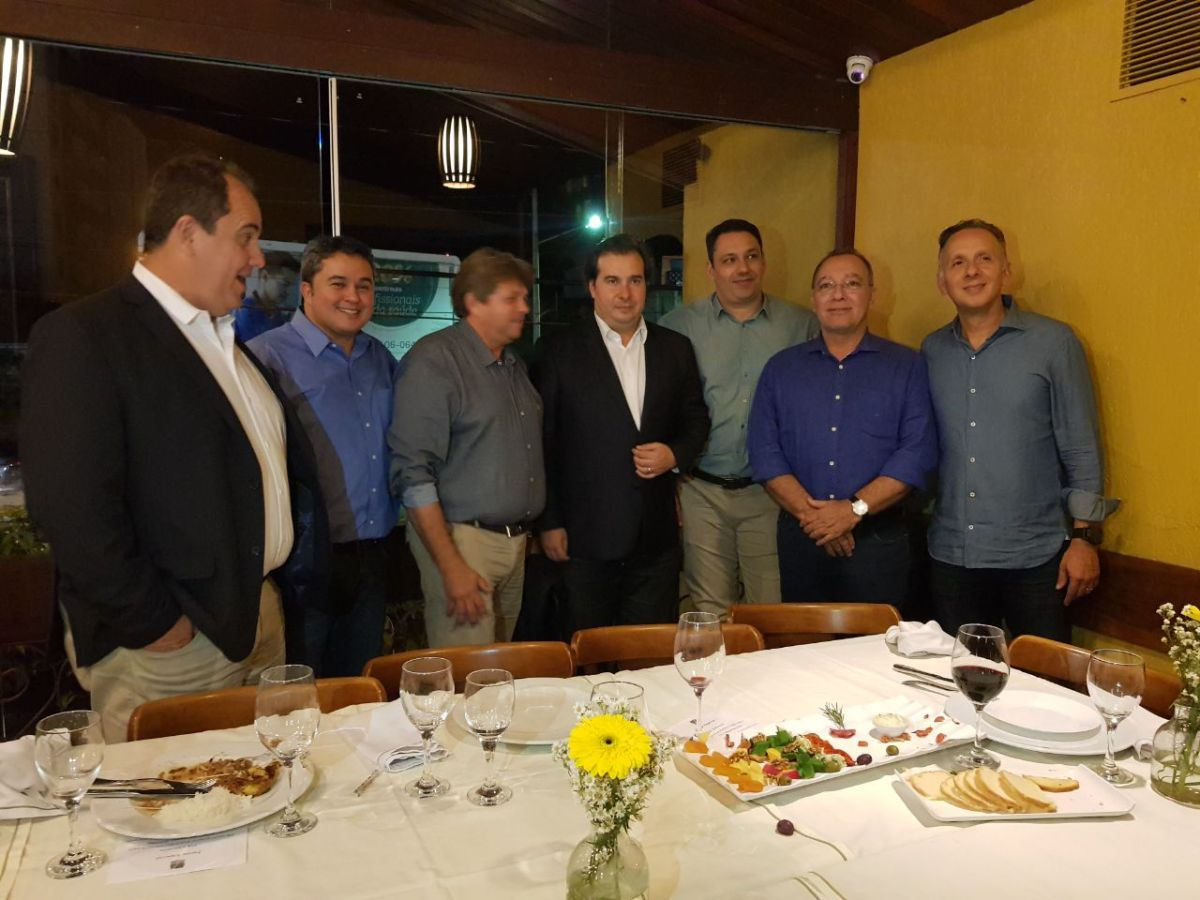 Na PB, Rodrgo Maia janta com deputados e recebe ligação de Ricardo