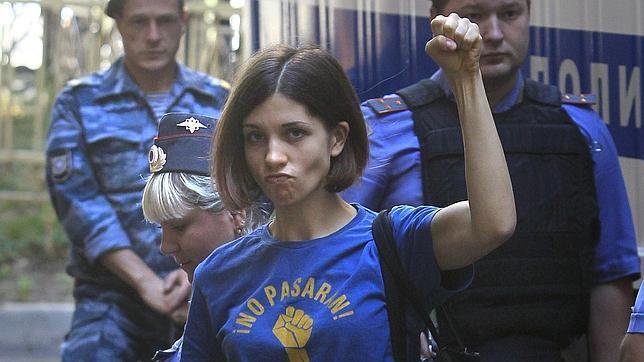 399d8f77 Nadejda Tolokonnikova, de 22 años, con la camiseta
