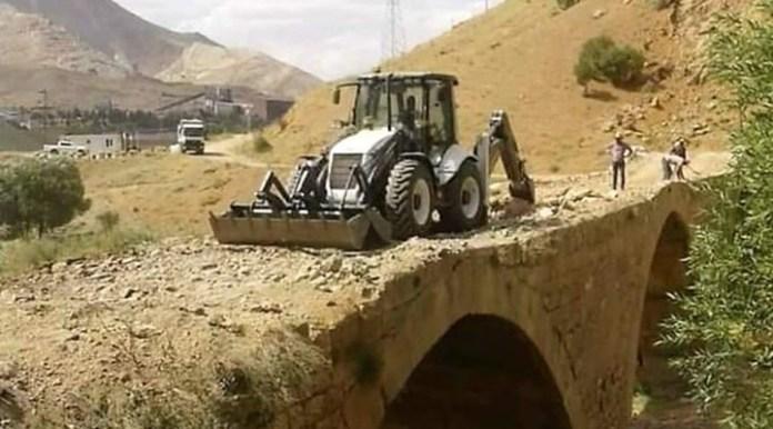"""800 yıllık köprüye kepçe çıkarıldı: """"Büyük taşlar vardı, iş makinesiyle çalışmak zorundayız"""""""