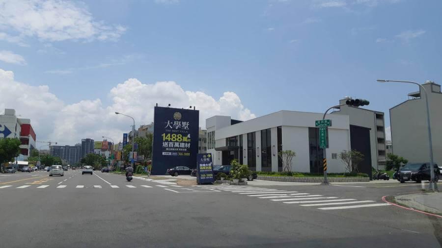 「大學墅」透天別墅預售案的接待中心,位於藍田路與大學七街口。