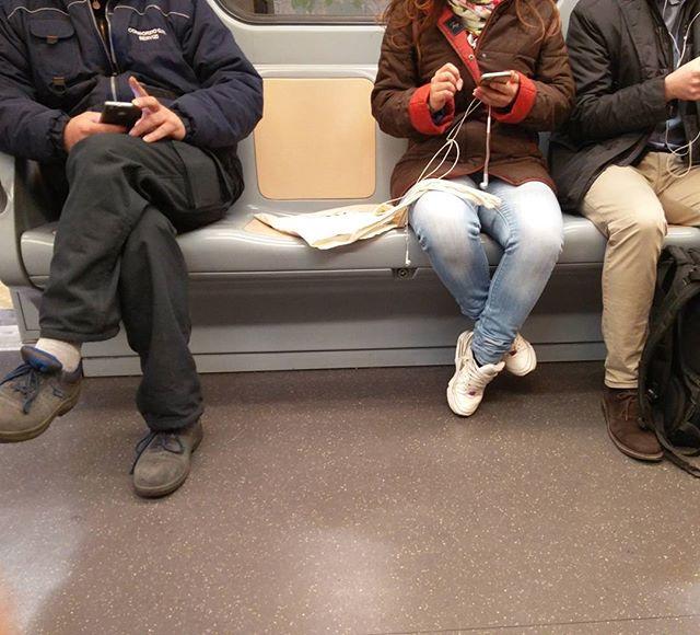 Risultati immagini per gente in metro a milano con cellulare