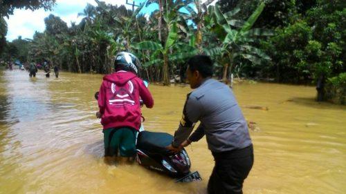 Pengabdian Polisi Terhadap Masyarakat, Terjun Kegenangan Air Banjir Bantu Evakuasi