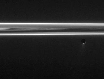 Geyser en Encelado y anillos de Saturno