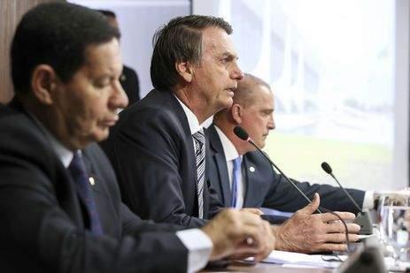 Bolsonaro propõe idades mínimas de 62 e 57 anos para se aposentar