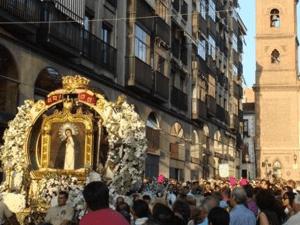 Procesión de la Virgen de la Paloma por las calles del barrio de La Paloma en la zona de La Latina   Madrid 2011