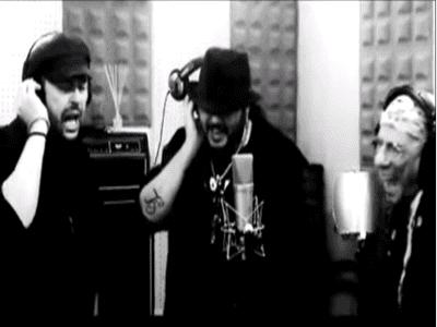 Fotograma videoclip 'Además nos votaréis' con Ángel Petisme, Enrique Villarreal 'El drogas' y Kutxi Romero