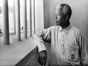 Photoespaña 2016| Visita de Nelson Mandela a su antigua celda en Robben Island | Nelson Mandela in his cell on Robben Island (Revisit) | 1994 | © Jürgen Schadeberg
