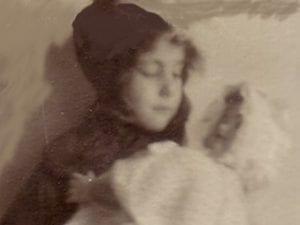 Centenario Gloria Fuertes | 1917-1998 | #gloriafuertes100 | Gloria Fuertes niña con muñeca | Foto Archivo Fundación Gloria Fuertes