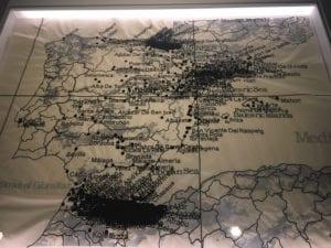 Mapa de España de Cristina Lucas con las zonas bombardeadas a lo largo de la historia, incluidos los territorios coloniales en la zona del actual Marruecos