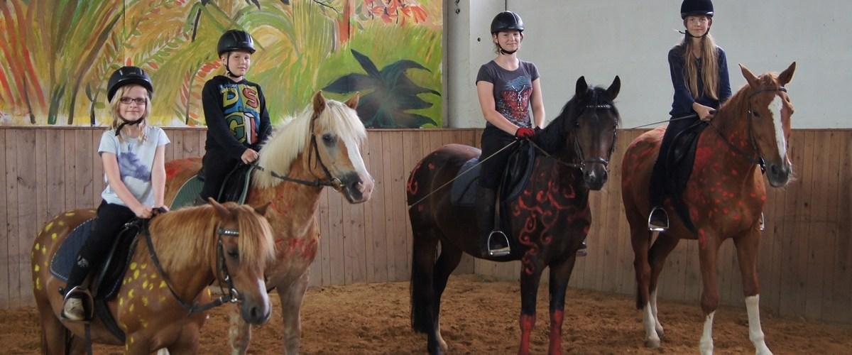 …und reiten kleine und große Ponys…