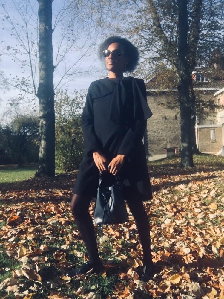 Maude et son manteau noir