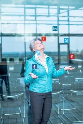 Angela Wosylus_pop-up SocialMedia PR-Agentur Dornstetten, jongliert Social Media Icons