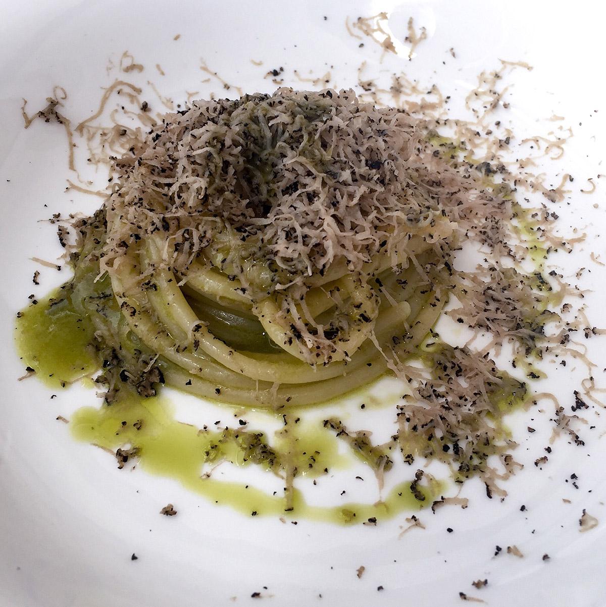 Spaghetto Latini, olio di canapa e tartufo nero