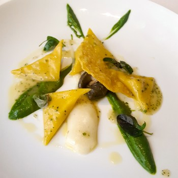 Agnolotti di mais, polenta bianca, lumache, salsa al prezzemolo