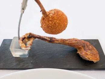 Piccione - Coscia arrosto, ala ripiena di fegatini, salsa bbq
