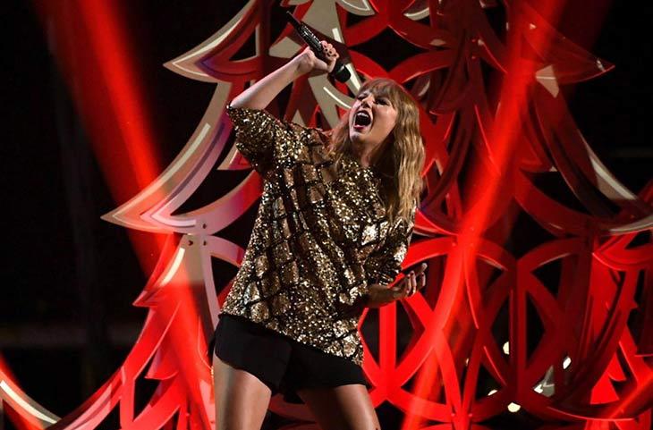 Taylor Swift canta en directo