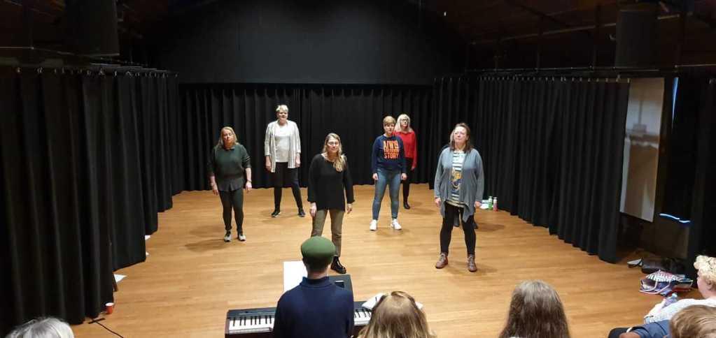 Popkoor LEF! druk aan het repeteren voor de muziektheater voorstelling Vrouwen met LEF!