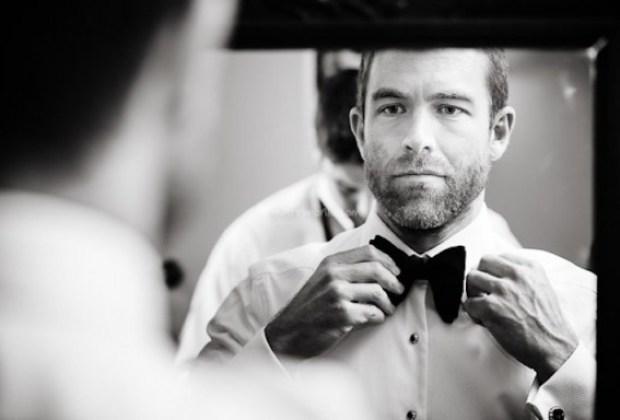 dia do noivo em barbearia se arrumando
